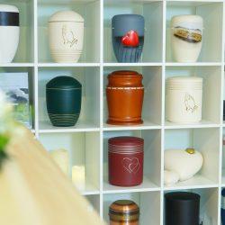 Ausstellungsregal mit verschiedenen Urnen in den Räumlichkeiten von Bestattung Klamberg