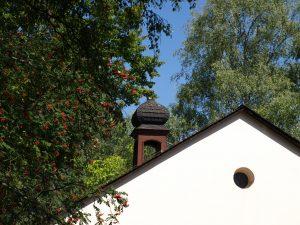 Bäume und Abbildung der Kapelle Friedhof Bierstadt