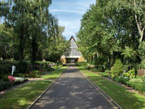 Blick auf Friedhofskapelle links und rechts Gräber