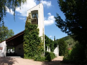 Frontansicht der Friedhofskapelle Fraunstein