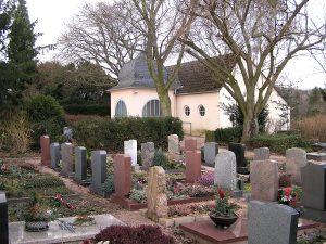 Steingräberfeld vorne im Hintergrund die Friedhofskapelle