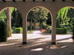 Arkaden mit Blick auf Gräber im Friedhof Nordenstadt