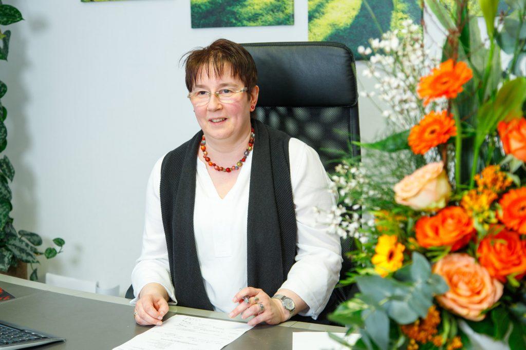 Melanie Wilhelm Bestattung Klamberg Wiesbaden am Schreibtisch