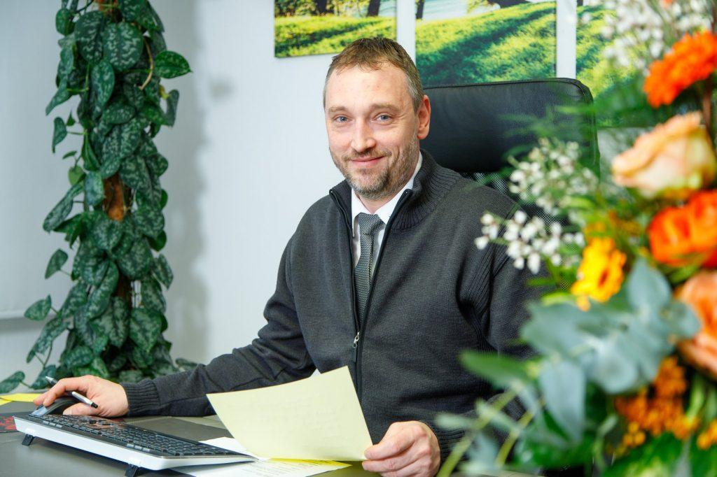 Gerhard Steuder Inhaber von Bestattung Klamberg Wiesbaden sitzt an seinem Schreibtisch