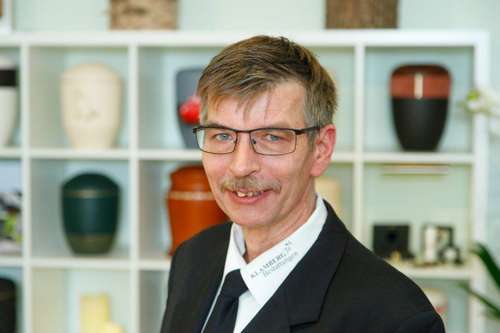 Portät von Mitarbeiter Ralf Mernberger Bestattung Klamberg Wiesbaden im Ausstellungsraum