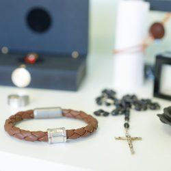 Armreif mit Fingerprint und Rosenkranz im Vordergrund hinten Ring mit Diamant Edesteinbestatttung